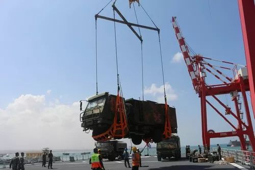 ▲资料图片:中国人民解放军驻吉布提保障基地联合先遣组在吉布提港口抢卸车辆装备。