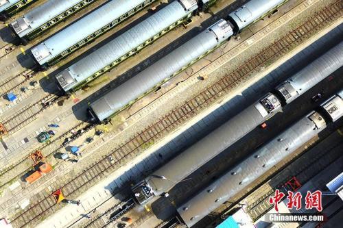 资料图:中国铁路成都局集团有限公司成都车辆段拉开了2018年客车车厢春季整修工作的序幕,该段将对1726辆客车车厢进行一次全面整备和维修。 吴正琪 摄