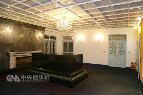 """2月28日,台湾""""独派""""团体到桃园大溪的慈湖陵寝泼洒红漆。图片来源:""""中央社"""""""