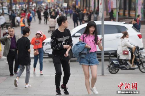 3月27日,山西省太原市,民众穿着夏装出行。当日太原市最高气温达到30摄氏度,民众纷纷换上短袖、短裙清凉出行。 中新社记者 韦亮 摄