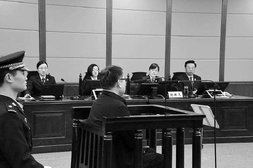 刘树琪(中)当庭表示认罪悔罪