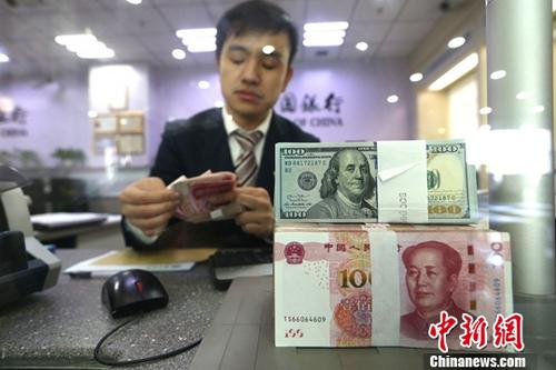 图为银行工作人员正在清点货币。 中新社记者 张云 摄