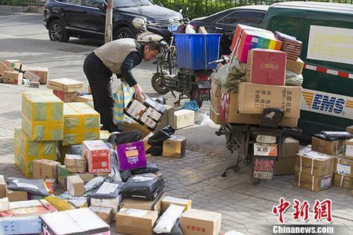 图为4月2日山西太原,物流快递工作人员正在分拣快递。 中新社记者 张云 摄