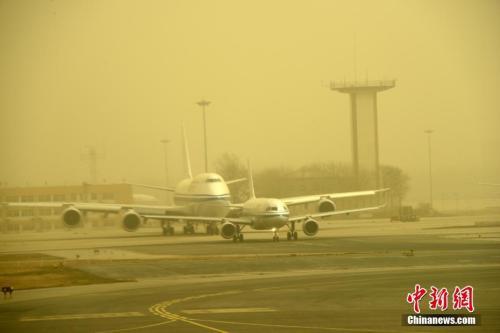 3月28日,北京首都国际机场沙尘天气笼罩。中新社记者 孙自法 摄