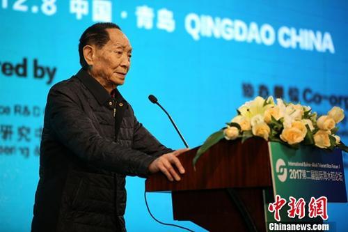 图为袁隆平在大会中发言。中新社记者 胡耀杰 摄