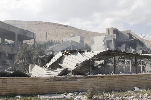 在叙利亚首都大马士革东北部的拜尔宰区,一处科研中心成为14日凌晨美英法军事打击叙利亚的目标之一。这是2018年4月14日在叙利亚大马士革拜尔宰区拍摄的遭袭后的科研中心。 新华社发(蒙塞夫・梅马里摄)