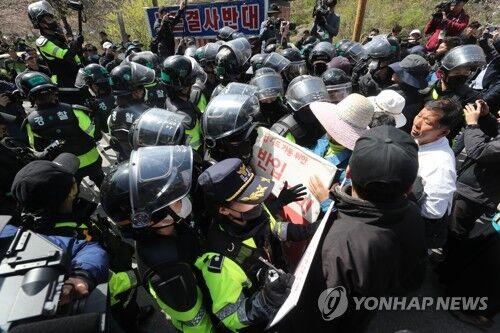"""4月12日上午,在庆尚北道星州郡草田面韶成里一座大桥上,警方和反对""""萨德""""的团体发生肢体冲突。(图片来源:韩联社)"""