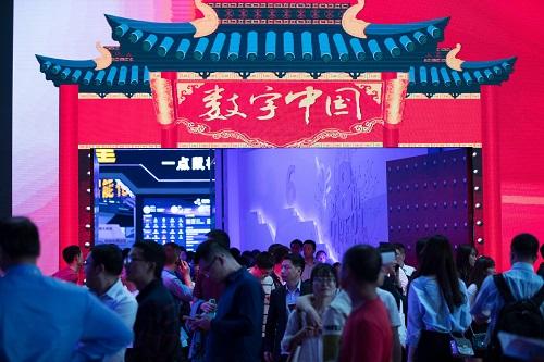 2018年4月22日,不雅众在首届数字中国建立结果博览会上观赏。 新华社记者 金破旺 摄
