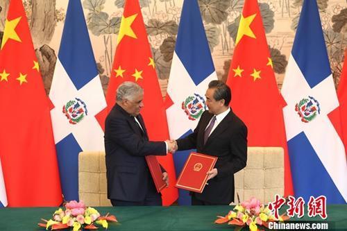 5月1日,中国国务委员兼外交部长王毅在北京同多米尼加共和国外长巴尔加斯签署《中华人民共和国和多米尼加共和国关于建立外交关系的联合公报》。自公报签署之日起,中华人民共和国和多米尼加共和国相互承认并建立大使级外交关系。中新社记者 盛佳鹏 摄