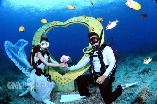 设置在绿岛石朗浮潜区的海马造型邮筒,约在11米深海底,旁边还有海洋之心装置艺术。(台东县政提供)