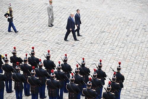 资料图片:2017年7月13日,在法国巴黎荣军院,法国总统马克龙(中右)与美国总统特朗普(中左)在欢迎仪式上检阅仪仗队。新华社发