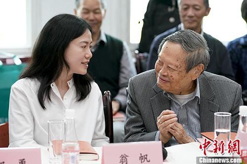 图为杨振宁与翁帆。 中新社记者 杜洋 摄