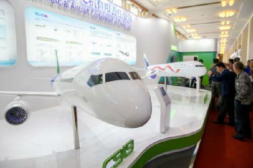 5月10日,在上海展览中心,参观者在中国商飞展区参观。