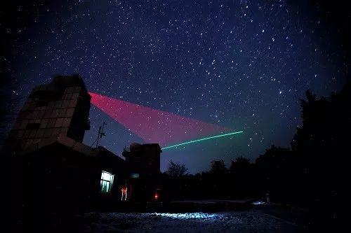 """▲资料图片:在河北兴隆观测站,""""墨子号""""量子科学实验卫星过境,科研人员在做实验。 (新华社)"""