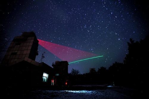 """在河北兴隆观测站,""""墨子号""""量子科学实验卫星过境,科研人员在做实验。 新华社记者 金立旺 摄"""