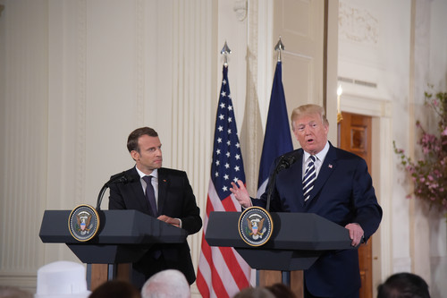 资料图片:4月24日,在美国华盛顿白宫,美国总统特朗普(右)与到访的法国总统马克龙出席联合记者会。新华社记者 杨承霖 摄