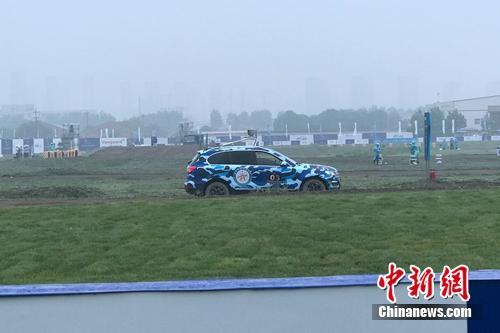 比赛中,行驶在路上的无人驾驶汽车。中新网 吴涛 摄