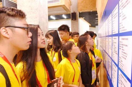 ▲资料图片:2017年8月12日,台湾青年学生在福州的海峡两岸青年创业孵化中心观看台湾青年实习岗位信息。新华社记者 林善传 摄