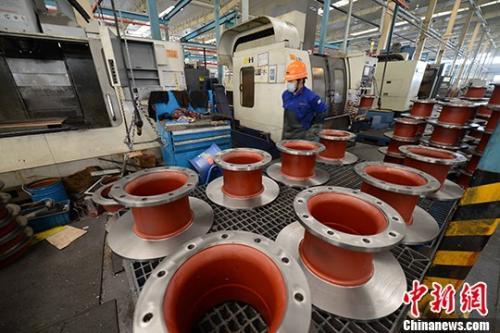资料图:机械加工厂工人正在生产。 中新社记者 王东明 摄