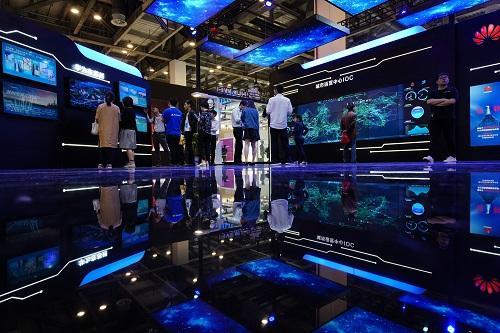 2018年5月10日,全球人工智能产品应用博览会在江苏省苏州市开幕,图为参观者在博览会上参观。新华社记者 李响 摄