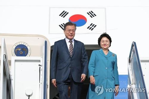 当地时间5月21日下午,韩国总统文在寅和夫人金正淑抵达美国华盛顿。(图片来源:韩联社)