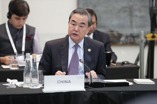 王毅:坚持多边主义 完善全球治理