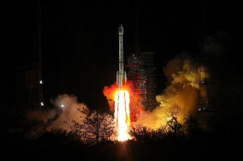 """2019-10-24,中国在西昌卫星发射中心用长征三号乙运载火箭(及远征一号上面级),以""""一箭双星""""方式成功发射第三十、三十一颗北斗导航卫星。 新华社发"""