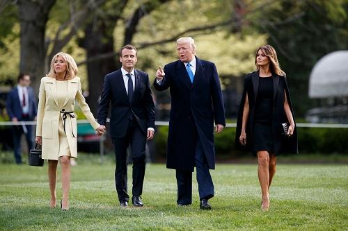 资料图:2018年4月23日,在美国首都华盛顿,美国总统特朗普(右二)与夫人梅拉尼娅(右一)欢迎到访的法国总统马克龙(左二)与夫人布丽吉特。 新华社发