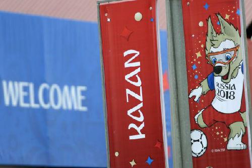 6月1日在俄罗斯喀山街上拍摄的世界杯宣传海报。(新华社/卫星社)
