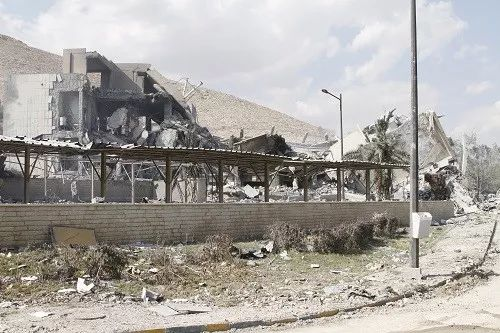 2018年4月14日在叙利亚大马士革东北部拜尔宰地区拍摄的遭袭的科学研究中心。新华社发