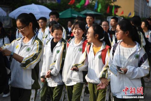 6月7日,2018年高考大幕正式拉开,云南考生陆续走入考场。据中国教育部统计,2018年中国高考报名考生人数达到975万人。中新社记者 刘冉阳 摄