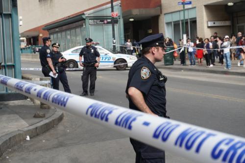 纽约法拉盛繁华路段发生车祸 华人过马路被撞伤