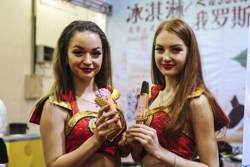 俄罗斯商家在山东济南举行的一次展会上推广本国冰激凌(俄罗斯《龙报》网站资料图片)