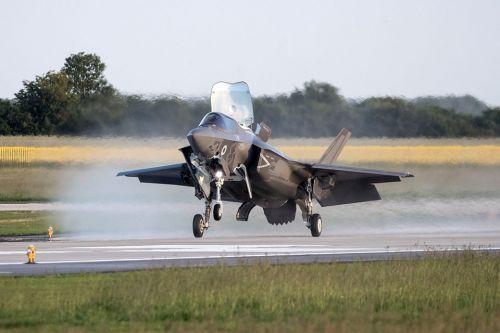 资料图:英国首批F-35B到货。