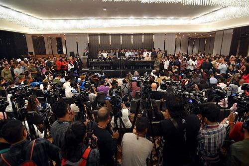 2018年5月10日,在马来西亚必打灵查亚,马哈蒂尔(中)宣誓就任总理后出席新闻发布会。 新华社发