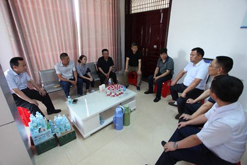 教育部教师工作司相关负责人慰问李芳老师家属。