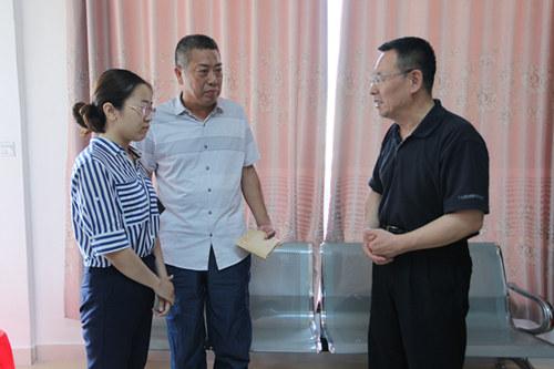 教育部教师工作司相关负责人看望慰问李芳老师的丈夫和女儿。 本文图片 河南教育厅官网