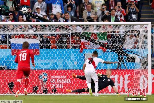 秘鲁队员罚失了点球。