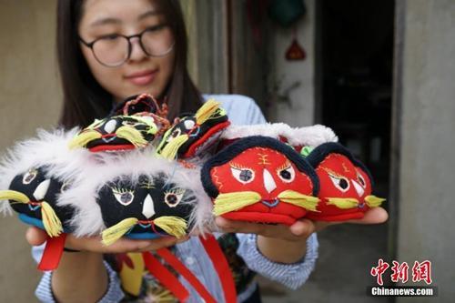 """资料图:江南农村有端午节让孩童穿""""虎头鞋""""的习俗。常州金坛7旬老人缝制的""""虎头鞋""""栩栩如生。孙权 摄"""