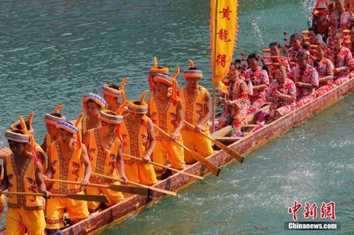 资料图:端午节期间,贵州省黔东南州镇远县举行第三十四届传统龙舟文化节。韩旭 摄