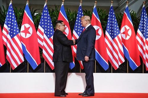 2018年6月12日,朝鲜最高领导人金正恩(左)与美国总统特朗普在新加坡举行会晤。新华社发