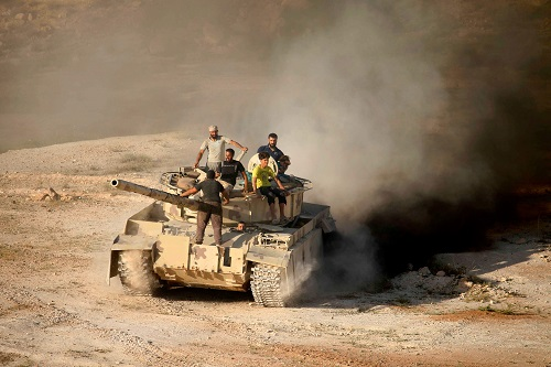 23日,叙利亚反对派士兵在南部德拉省乘坐坦克。叙政府军近来在南部向反对派控制区发起进攻。(法新社)