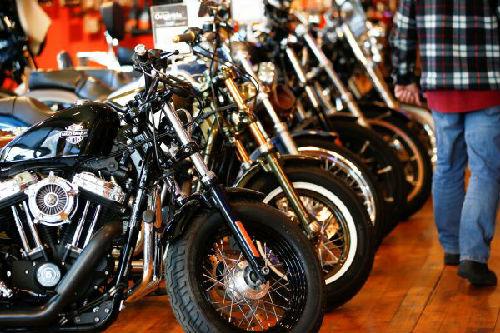 哈雷-戴维森公司生产的摩托车在英国伦敦一卖场中待售。(路透社)