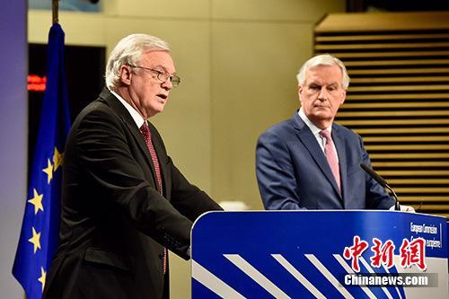 """2018年3月19日,脫歐談判歐盟首席談判代表巴尼耶(圖右)與英國前脫歐事務大臣戴維斯(圖左)共見記者,宣佈雙方邁出""""決定性一步"""",就脫歐過渡期安排等議題達成協議,但棘手的英國北愛爾蘭與愛爾蘭邊界問題仍懸而未決。 歐盟供圖"""