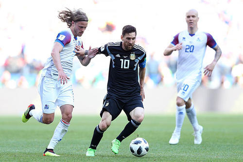 面对冰岛,孤立无援的梅西选择单干。
