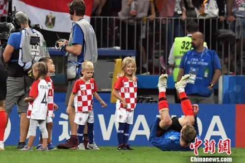 克罗地亚晋级决赛,孩子们也迎来了一段快乐玩耍的时光。记者田博川 摄