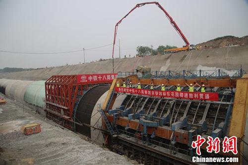 中国京张高铁东花园隧道贯通 首创自动喷涂机器人技术