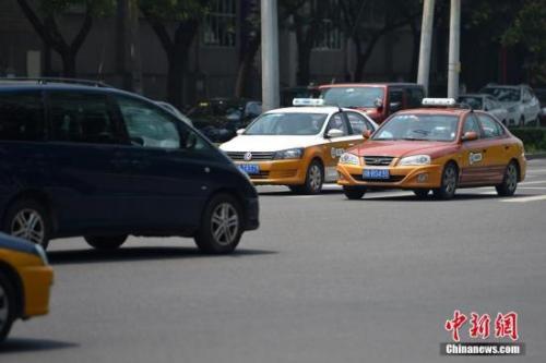资料图:在路上行驶的出租车。中新网记者 金硕 摄