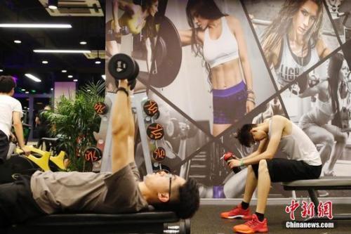 资料图:图为正在健身的年轻人。中新社记者 殷立勤 摄