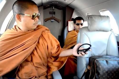 维拉蓬戴着太阳眼镜乘坐私人飞机,使用名牌旅行包